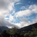 Wolken und harte Kontraste der Bergflanken